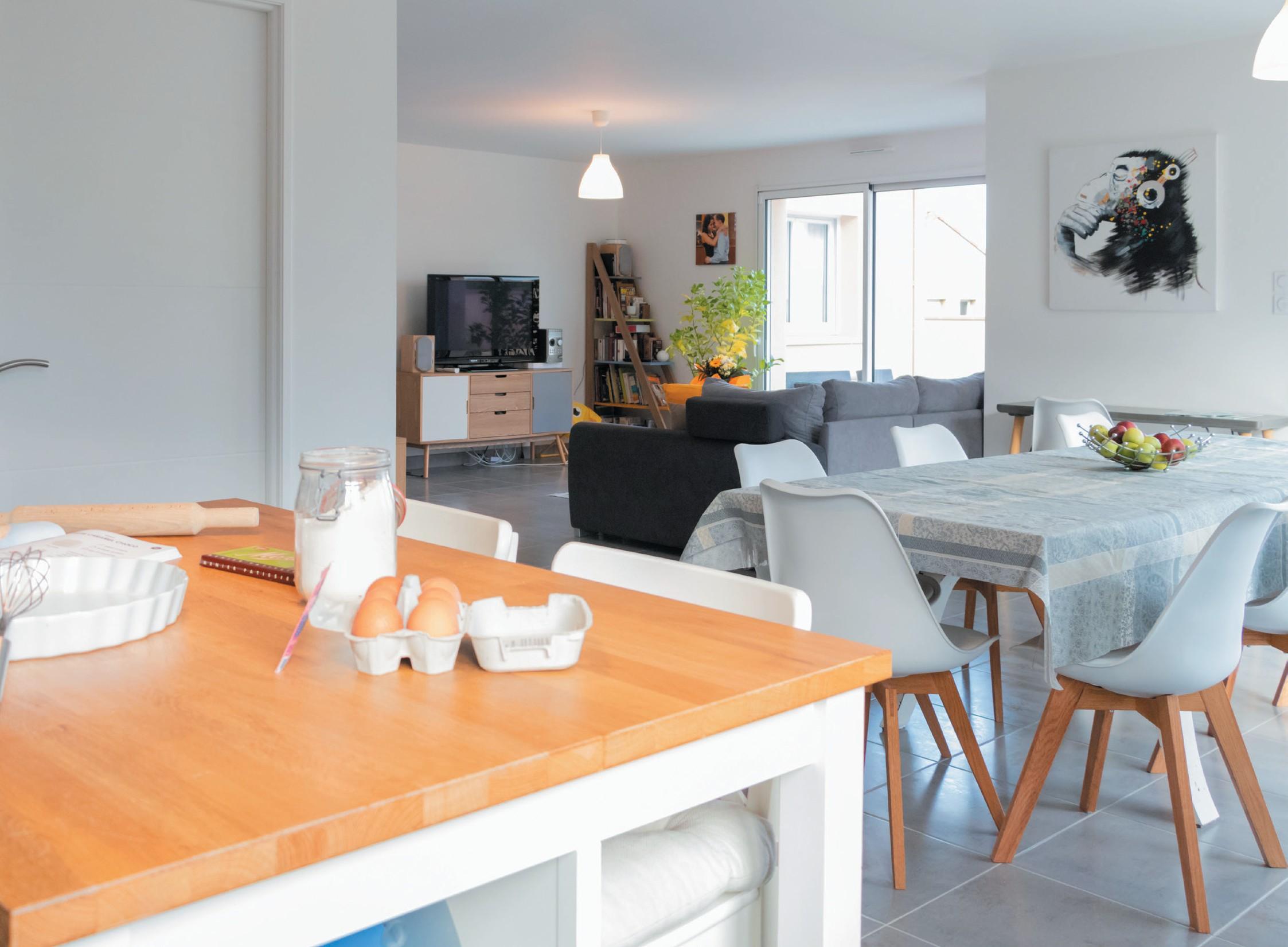 Vue du séjour-salle à manger de la maison contemporaine
