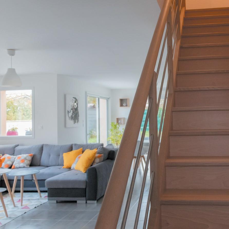 vue du salon de la maison contemporaine avec escalier